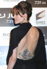 主演映画『ソルト』ジャパンプレミアイベントに、タトゥーがのぞくセクシーなドレス姿で登場したアンジェリーナ・ジョリー
