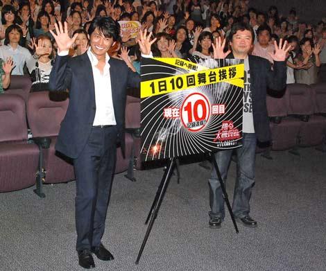 主演映画『踊る大捜査線 THE MOVIE3 ヤツらを解放せよ!』のヒット記念舞台あいさつを行った織田裕二(左)と本広克行監督 (C)ORICON DD inc.