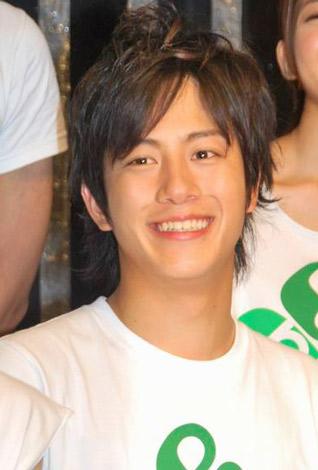所属事務所が初開催した『Ever Green Entertainment Show 2010』の公演後、報道陣の取材に応じた溝端淳平 (C)ORICON DD inc.
