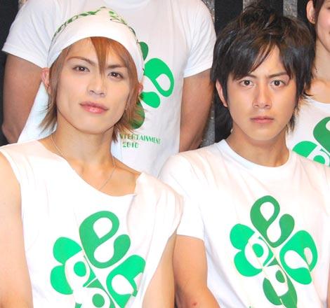所属事務所が初開催した『Ever Green Entertainment Show 2010』の公演後、報道陣の取材に応じた(左から)山本裕典、溝端淳平 (C)ORICON DD inc.