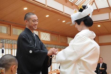 挙式で指輪の交換をする市川海老蔵&小林麻央夫妻