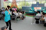 『熱闘甲子園30th展』のオープニングイベントで行われた始球式の模様