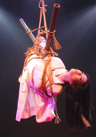 """主演映画『花と蛇3』のイベントで、長じゅばんでの""""緊縛ショー""""を行った小向美奈子 (C)ORICON DD inc."""