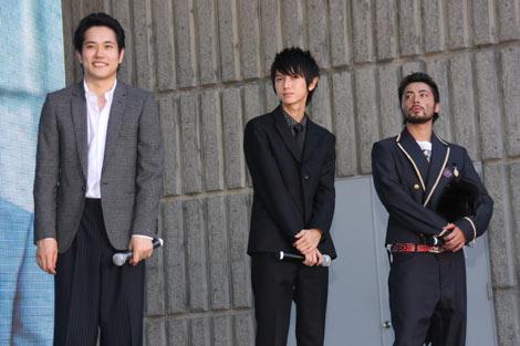 『GANTZ』の製作報告会見パブリックビューイングにサプライズ登場した(左から)松山ケンイチ、本郷奏多、山田孝之