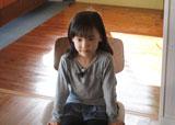 ちょこんと椅子に座る姿もキュートな芦田愛菜/イトーヨーカドーのランドセルCMメイキングカット