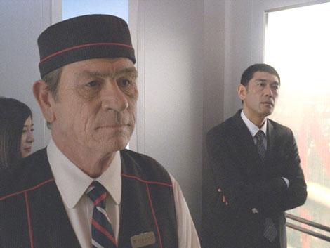 東京タワーのエレベーター案内係に扮した宇宙人ジョーンズ&右はサラリーマンを演じる杉本哲太/『ボス レインボーマウンテンブレンド』(サントリー)新CM『2つのタワー』篇