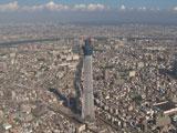 東京スカイツリーも負けじと聳え立つ/『ボス レインボーマウンテンブレンド』(サントリー)新CM『2つのタワー』篇