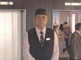 エレベーター案内係に扮した宇宙人ジョーンズ/『ボス レインボーマウンテンブレンド』(サントリー)新CM『2つのタワー』篇