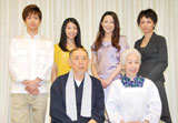 舞台『さくら色 オカンの嫁入り』の制作発表会見に出席した(後列左から時計回りに)松下洸平、三倉佳奈、香寿たつき、赤澤ムック、正司花江、すまけい