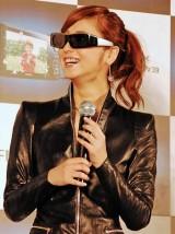 フジフイルムの3Dデジタルカメラ『FinePix REAL 3D』の新製品発表会で3Dを体験した佐々木希 (C)ORICON DD inc.