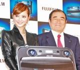 フジフイルム 3Dデジタルカメラ『FinePix REAL 3D』の新製品発表会に出席した佐々木希(左) (C)ORICON DD inc.
