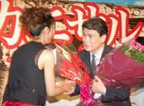 68歳の誕生日を迎え、水野美紀から花束を贈られた松本幸四郎 (C)ORICON DD inc.