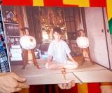 DVD『バナナマン傑作選ライブ bananaman Chop』の発売イベントで、高校2年生の時、祖父の自宅の仏壇前で大好きなけん玉と共に撮った写真をお披露目 (C)ORICON DD inc.