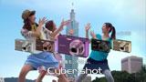 世界で第2の高さを誇る「台北101」をバックにポーズを取る北川景子(右)/『サイバーショット DSC-WX5』(ソニー)CM