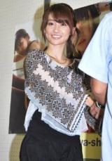 ソロ写真集『君は、誰のもの』の発売記念イベントで握手会を行ったAKB48大島優子 (C)ORICON DD inc.