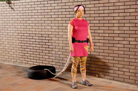 タイヤを引く女性役で出演する西原理恵子