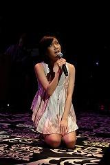 公演前のステージで「ハナミズキ」を新垣のために熱唱する一青