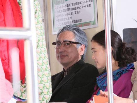 老けメイクで蒼井優の父親を演じるルー大柴/JRA『CLUB KEIBA』新CMメイキングカット