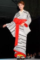 鈴乃屋『清鈴苑きものショー』で艷やか着物姿を披露した相武紗季 (C)ORICON DD inc.