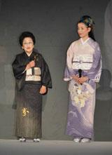 きもの研究家・小泉清子さん(左)と宮沢りえ