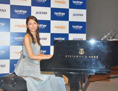 薄型インクジェット複合機『マイミーオ』&『ジャスティオ』シリーズの新製品発表会で、手がけたCMソングを初お披露目した松下奈緒 (C)ORICON DD inc.