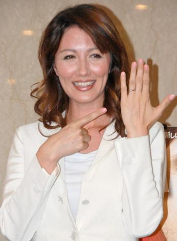 サムネイル 海外ドラマ『Lie to me 嘘の瞬間』のDVD発売イベントで、幸せそうに贈られたハリーウィンストンの婚約指輪をお披露目する山本モナ (C)ORICON DD inc.