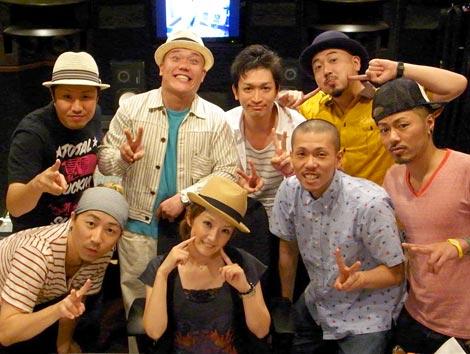 ET-KINGのニューシングル「はじまりの言葉 feat.千秋」でフィーチャリング・ボーカルとして参加した千秋(中央)