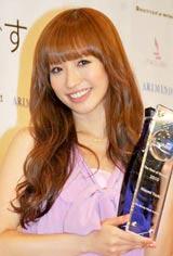 "『The Best of Beauty 2010 第7回The Beauty Week Award』の""30代部門""を受賞した優木まおみ"