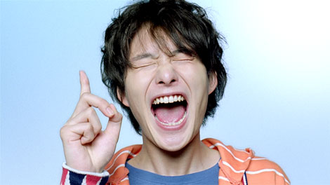 ハイテンションで豪快な表情を披露する岡田将生/『PIXUS』新CM