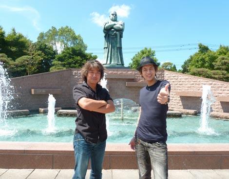 映画『THE LAST MESSAGE 海猿』のPRキャンペーンで全国行脚、鹿児島で全行程を終了した(左から)羽住英一郎監督と三浦翔平