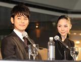 モントリオール世界映画祭の公式記者会見に出席した妻夫木聡と深津絵里
