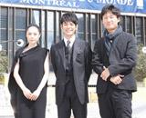 映画祭会場前に立つ深津絵里、妻夫木聡、李相日監督