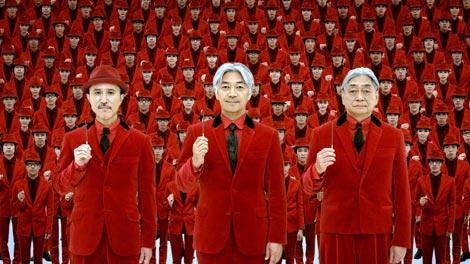 新CMでポッキーを手に持つYMO(左から)高橋幸宏、坂本龍一、細野晴臣/『ポッキーチョコレート』(江崎グリコ)新CM