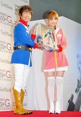 『ガンプラケータイ』発売記念セレモニーに連邦軍制服姿で登場した(左から)古谷徹、小倉優子