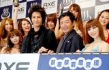 男性用化粧品ブランド『アックス ボディソープ』の発売記念イベントでグラドルに囲まれる(左から)JOY、石田純一 (C)ORICON DD inc.