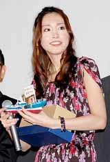 映画『ハナミズキ〜君と好きな人が百年続きますように』の東京でのメガヒット舞台あいさつで生田斗真から劇中で登場した船の模型をプレゼントされた新垣結衣