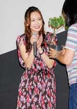 映画『ハナミズキ〜君と好きな人が百年続きますように』の東京でのメガヒット舞台あいさつではハナミズキの苗をファンからプレゼントされた新垣結衣
