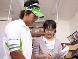 真剣な表情で説明を聞く石川遼選手/『グリーンガム』(ロッテ)新CMメイキングカット