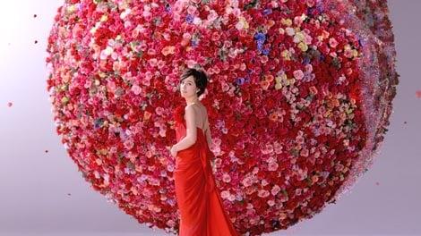 7,000本のバラで作られたボールの前にたたずむ滝川クリステル/『ブルーレイディーガ』(パナソニック)新CM