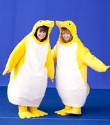 黄色のペンギンの着ぐるみ姿もキュートな2人