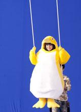 恐る恐るブランコに乗り込む広瀬アリス/『クールミントガム』(ロッテ)新CMメイキングカット