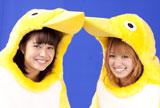 商品ロゴのペンギンに扮した南明奈と広瀬アリス(左)/『クールミントガム』(ロッテ)新CMメイキングカット