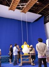 10メートルの高さから吊られたブランコに乗る南明奈/『クールミントガム』(ロッテ)新CMメイキングカット