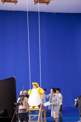 ペンギンの着ぐるみでブランコに乗る南明奈/『クールミントガム』(ロッテ)新CMメイキングカット