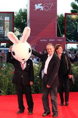 ウサギの被りもの姿でベネチア映画祭のレッドカーペットを歩いた清水崇監督(C)Kazuko Wakayama