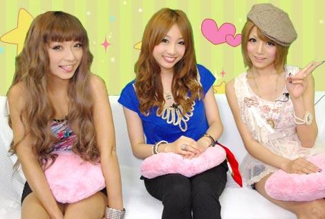 『失恋の対処法』を紹介する(左から)みひ、冨張愛、松岡里枝