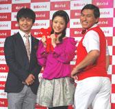 バイトルドットコムの新CM発表会に出席した(左から)若林正恭、上戸彩、春日俊彰 (C)ORICON DD inc.