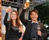 プレミアムビール『アサヒ 世界ビール紀行』新発売記念イベントに出席した上村愛子&皆川賢太郎夫妻が「乾杯!」