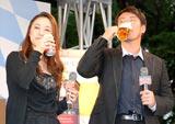 プレミアムビール『アサヒ 世界ビール紀行』新発売記念イベントに出席した上村愛子&皆川賢太郎夫妻がビールを試飲