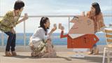バルコニーで乾杯する吉高由里子とアンクルトリス/『トリス』(サントリー)シリーズ新CM